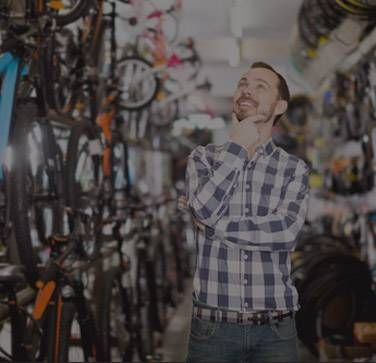 Klient w sklepie rowerowym